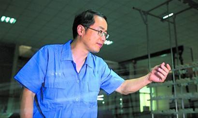 陈南梁在测试纤维材料性能